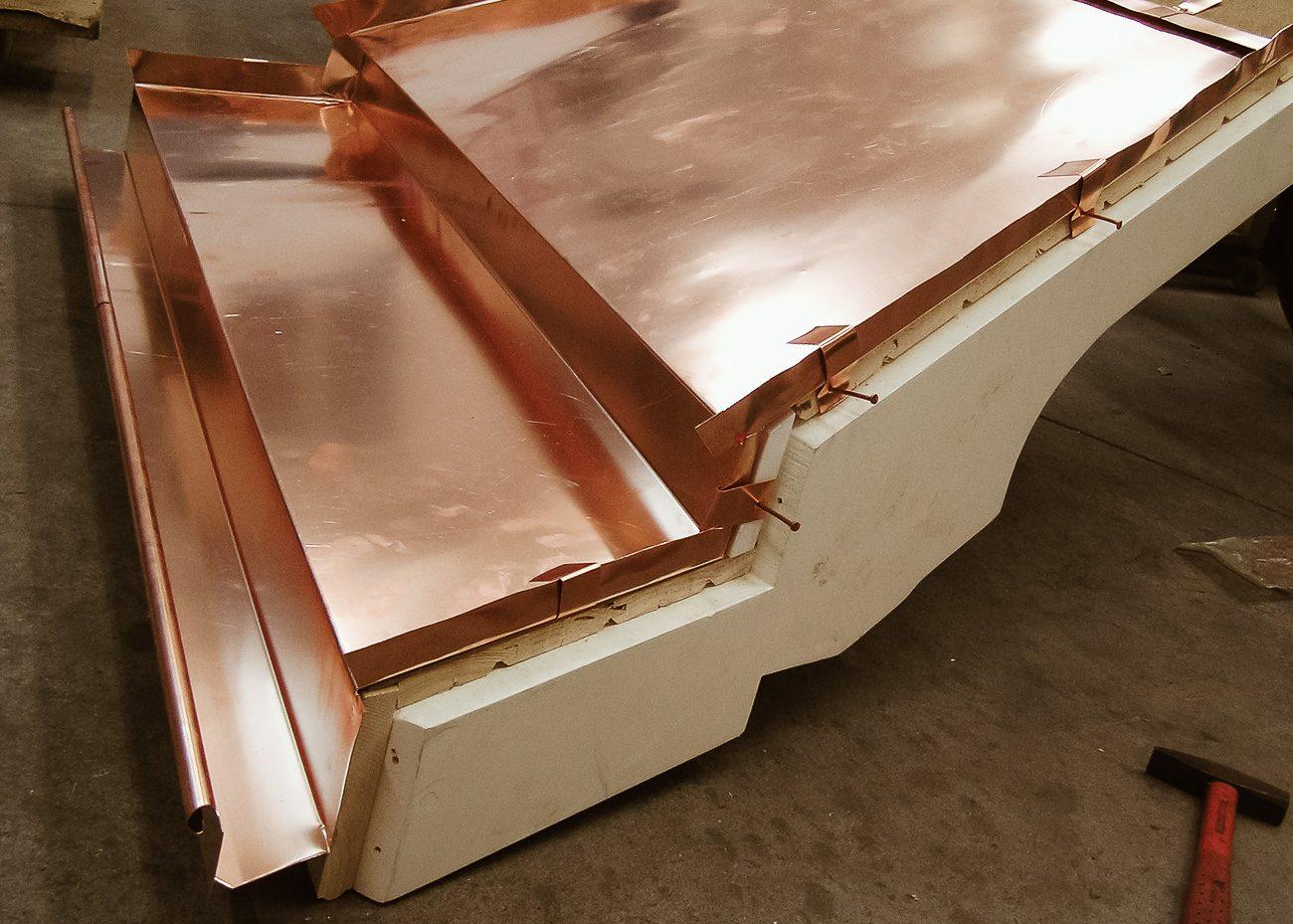 Obróbki blacharskie i opierzenia dachu z miedzi